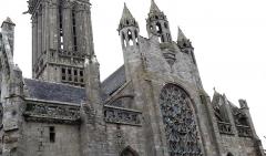Eglise Notre-Dame du Creisker ou Kreisker - Notre-Dame du Kreisker: rosace du pignon ouest et ses trois clochetons. Le vitrail est actuellement en cours de remplacement par une création colorée de l'artiste Kim En Joong.