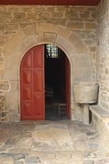 Eglise Saint-Léon - Français:   Façade sud de l\'église Saint-Léon de La Baussaine (35). Porte méridionale, sous le porche.