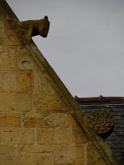 Eglise Saint-Melaine - Français:   Façade sud de l\'église Saint-Melaine de Domalain (35). 3ème chapelle. Pignon. Rampant droit. Détail. Partie haute.