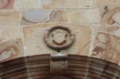 Eglise Saint-Melaine - Façade sud de l'église Saint-Melaine de Domalain (35). 3ème chapelle. Porte. Détail sculpté.
