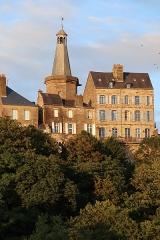 Beffroi - Le Beffroi de Fougères (35) et l'Hôtel Le Mercier de Montigny.