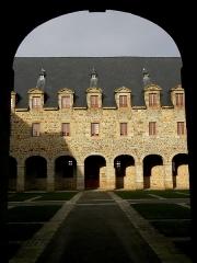 Ancien couvent des Religieuses Urbanistes - Couvent des Clarisses Urbanistes de Fougères (35). Cloître. Aile nord.