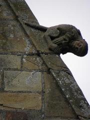 Eglise Notre-Dame - Élément sculpté ornant le rampant droit du pignon de la 4ème chapelle du collatéral sud de la basilique Notre-Dame-de-l'Assomption de La Guerche-de-Bretagne (35).