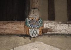 Ancienne abbaye - Intérieur de l'abbatiale Notre-Dame de Paimpont (35). Dernière poutre de la nef. Armes de Bretagne et de l'abbé Olivier Guiho (D'azur au chevron et trois annelets d'or).