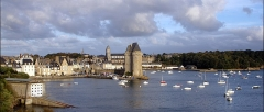 Tour Solidor et ouvrages avancés - English: Image of the Solidor Tower in the bay, with the buildings behind it.