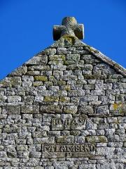 Eglise Saint-Martin - Façade occidentale de l'église prieurale Saint-Martin de Tremblay (35). Pignon refait à partir de 1801. M Lambert, recteur de 1803 à 1824. Croix sommitale ornée d'un calice.