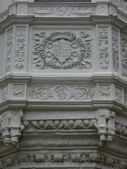 Château - Tour de l'Oratoire du Château de Vitré (35) vue de la cour d'honneur. Détail de l'édicule renaissance. Partie gauche.