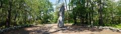 Tumulus dit du Manio, quadrilatère et menhir de Manio - Vue panoramique du menhir géant du Manio. (Carnac, Morbihan, Bretagne, France)
