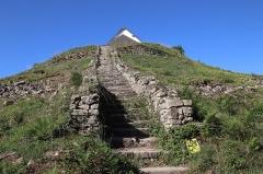 Tumulus-dolmen du Mont-Saint-Michel - Tumulus Saint-Michel à Carnac en France.