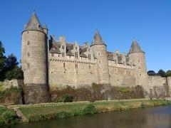 Château - Français:   Avec ses trois tours majestueuses de l\'époque féodale dominant la vallée de l\'Oust et sa splendide façade de style gothique flamboyant, le Château de Josselin offre des témoignages remarquables de l\'architecture du Moyen Age et de la Renaissance.
