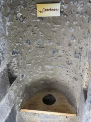 Ruines du château fort - English: Latrines in a bartizan of the Murol castle (Puy-de-Dôme, France).