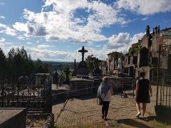 Eglise Saint-Genès - Français:   Tombes dans le cimetière Saint-Jean