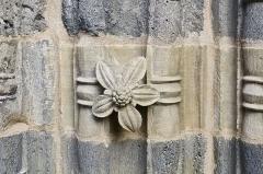 Eglise Saint-Pierre - Français:   Détail du portail de l\'église Saint-Martin, sculpture et matière, Blesle