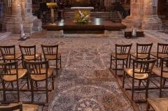 Basilique Saint-Julien - Basilique Saint-Julien de Brioude: pavage en galets de la croisée des transepts.