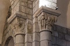 Eglise Saint-Jacques-le-Majeur - Français:   Chapiteaux de l\'église Saint-Jacques-le-Majeur de Lanobre: l\'Annonciation et la Nativité (à gauche); un sacrificateur portant un veau (à droite).