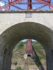 Viaduc de Garabit (également sur commune de Ruynes-en-Margeride) - Viaduc de Garabit toujours en activité,conçu par les ingénieurs Boyer et Baudy, construit par Gustave Eiffel entre 1880 et 1884, cet ouvrage est considéré comme précurseur de la Tour Eiffel. Longueur 565 m, Hauteur 122 m