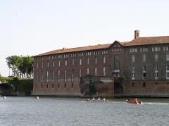 Hôtel-Dieu - Français:   Vue sur l\'Hôtel Dieu Saint Jacques de Toulouse, depuis les berges de la Garonne, prise de vue réalisée depuis la place de la Daurade