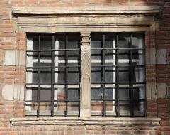 Ancien hôtel de Lestang - Français:   Petite fenêtre Renaissance à l\'hôtel de Lestang, place Saint-Jacques, Toulouse. Fin XVIème siècle / début XVIIème siècle.