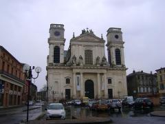 Cathédrale Notre-Dame de l'Assomption - Cathédrale Notre-Dame-de-l'Assomption de Montauban, Tarn-et-Garonne. La Cathédrale sur la Place Notre-Dame.