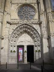 Eglise Saint-Pierre - Français:   Église Saint-Pierre de Dreux (Eure-et-Loir, France), façade sud-ouest