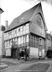 Maison du 15e siècle à pans de bois -