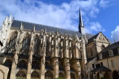 Ancienne abbaye de la Trinité - L'église de la Trinité date des 12e, 13e, 14e et 15e siècles, tandis que l'ancienne abbaye de la Trinité date des 14e, 16e, 17e et 18e siècles. L'abbaye a été fondée en 1034 Par Geoffroy Martel, comte de Vendôme. Elle comprenait les bâtiments conventuels avec de nombreuses dépendances et des constructions affectées aux usages profanes et aux besoins matériels de la communauté. Au sud de l'église abbatiale se trouvaient cloîtres, réfectoires, chapître, bibliothèque, archives, logements... Le reste de l'abbaye, greniers, habitations des laïques, dépendances diverses, se trouvait en dehors de l'enceinte. Les cloîtres, disparus en partie, avaient été construits au début du 16e siècle. Les bâtiments furent vendus en 1791.