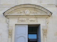 Ancien évêché, puis bibliothèque municipale, actuellement annexe de la médiathèque - Français:   Hôtel Dupanloup, ancien palais épiscopal, à Orléans (Loiret, France), tympan de la porte septentrionale