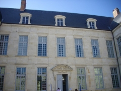 Ancien évêché, puis bibliothèque municipale, actuellement annexe de la médiathèque - Hôtel Dupanloup, ancien palais épiscopal, à Orléans (Loiret, France), façade septentrionale donnant sur la cour
