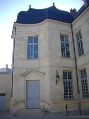 Ancien évêché, puis bibliothèque municipale, actuellement annexe de la médiathèque - Français:   Hôtel Dupanloup, ancien palais épiscopal, à Orléans (Loiret, France), façade septentrionale donnant sur la cour