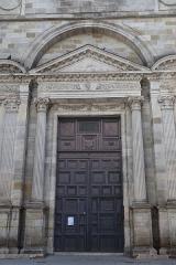 Eglise Saint-Salomon et Saint-Grégoire - Extérieur de l'église Saint-Salomon et Saint-Grégoire de Pithiviers (45). Portail occidental.
