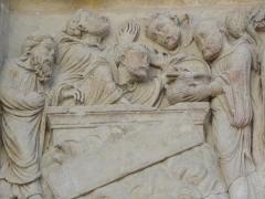Eglise abbatiale Saint-Benoît - Français:   Miracle de l\'invention des reliques de Saint-Benoît. Détail du linteau du portail nord de l\'abbatiale de Saint-Benoît-sur-Loire (45)
