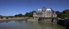 Domaine de Beaumesnil (également sur commune de Gouttières) - English:   Beaumesnil castle and its moat in Mesnil-en-Ouche, Eure, Normandie, France.