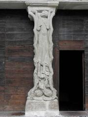 Ancienne abbaye - Trumeau du portail méridional de l'abbatiale Saint-Pierre de Beaulieu-sur-Dordogne (19) illustrant les trois ages de la vie humaine. Partie centrale: la fleur de l'âge.