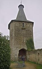 Château d'Airvault - English:   Airvault (Deux-Sèvres)  La tour-porte du château médiéval.  La tour-porte est un élément du Vieux Château. La tour-porte est carrée, aux faces légèrement arrondies et à la toiture en ardoise datant du XVIIe. Elle a été restaurée en 1966.  Le Vieux Château est un exemple d\'architecture défensive médiévale du XIe au début XIIIe siècle. De cette époque demeurent l\'enceinte, les deux tours découronnées et la tour-porte.  Le château a été amélioré aux XIVe et XVe siècles avec en particulier la construction d\'un corps de logis le long de la courtine ouest.  Le château aurait été édifié sur l\'emplacement d\'un oppidum gaulois.  Le château a été incendié, pendant les guerres de Religion, par les troupes de Coligny en 1569, et partiellement détruit puis abandonné par les seigneurs.  L\'ensemble est actuellement une propriété privée. Les nouveaux propriétaires, depuis 2004, y on installé des chambres d\'hôtes.  fr.wikipedia.org/wiki/Château_d%27Airvault  www.pop.culture.gouv.fr/notice/merimee/PA00101166