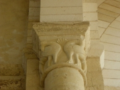 Ancienne église priorale Saint-Pierre de Parthenay-le-Vieux - Français:   Église Saint-Pierre de Parthenay-le-Vieux, Parthenay (79). Intérieur. Chapiteau.