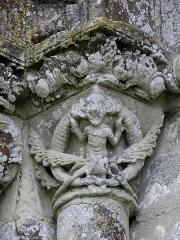Ancienne église priorale Saint-Pierre de Parthenay-le-Vieux - Français:   Église Saint-Pierre de Parthenay-le-Vieux, Parthenay (79). Extérieur. Façade occidentale. Arcature gauche. Chapiteau gauche.