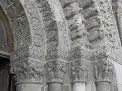 Eglise Saint-Médard - Français:   Façade occidentale de l\'église Saint-Médard de Thouars (79). Section centrale. Détail sculpté.