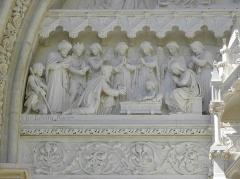 Cathédrale Saint-Pierre - Croisillon droit de la cathédrale Saint-Pierre de Montpellier (34). Détail du tympan du portail. L'adoration des mages.