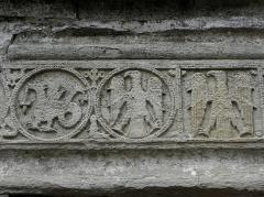 Hôtel des Monnaies - Maison des Monnaies à Villemagne-l'Argentière (34) - détail du linteau.