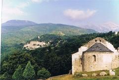 Ruines de l'ancienne église Saint-Martin - Français:   L\' Église Saint-Martin de Corsavy est mentionnée dans une charte de 1001. Cette dernière, sans doute reconstruite, fut consacrée en 1159. La paroisse dépendait de l\'abbaye d\'Arles-sur-Tech. Au 19e siècle, l\'édifice est utilisé comme réservoir d\'eau. Au sud et à l\'ouest, l\'église est entourée par un mur en partie ruiné qui renforçait la défense, notamment au droit de la porte d\'entrée. Sur le parement sud se trouve une petite niche carrée semblant indiquer que c\'était peut-être là l\'intérieur d\'un bâtiment, dont les autres murs auraient disparu. L\'église comporte une nef unique, prolongée à l\'est par un rappel de choeur et par une abside demi-circulaire voûtée en cul de four. Contre le choeur et du côté sud, une petite chapelle est couverte d\'un berceau transversal. Il se pourrait que ce soit la base d\'un clocher arasé. Une banquette de pierre règne autour de ce petit sanctuaire.