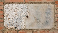 Ancien grand Séminaire - English: Fragmentary medieval marble inscription, Campo Santo in Perpignan,  Ministère de la Culture (France): Base Mémoire:  AP066_20096601276