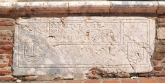 Ancien grand Séminaire - English: Fragmentary marble sarcophagus (1553) in the northern wall of  Campo Santo in Perpignan
