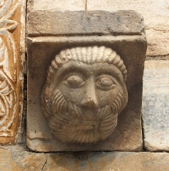 Eglise Saint-Michel - English: Sculpture of a bearded face at the main portal (11th century) of the  abbey church Saint-Génis-des-Fontaines, France.