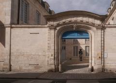 Hôtel de Fleuriau - English: Musée nouveau monde.  Musée nouveau monde. La Rochelle. View from the outside. In the courtyard: bronze statue with polychrome patina: