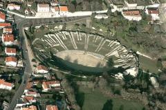 Restes de l'amphithéâtre gallo-romain - Français:   A l\'extrémité de la via Agrippa venant de Lugdunum (Lyon), Mediolanum, capitale des Santons, possédait un amphithéâtre imposant de 126 mètres de longueur. Il pouvait accueillir 15000 spectateurs pour les différents combats qui s\'y déroulaient.