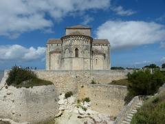 Eglise Sainte-Radegonde - English: Talmont-sur-Gironde ( Charente-Maritime ). Sainte-Radegonde church ( 12th century ) - General view to the apse.