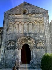 Eglise Sainte-Radegonde - Façade Nord de l'église Sainte-Radegonde de Talmont-sur-Gironde édifiée sur une falaise surplombant l'estuaire de la Gironde. Cette église est parfois considérée comme l'archétype du style roman saintongeais.