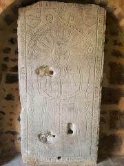 Eglise Saint-Porchaire - Français:   Dalle funéraire de Jean Macé dans l\'entrée de l\'église Saint-Porchaire à Poitiers
