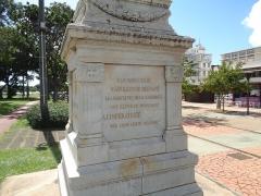 Statue de l'Impératrice Joséphine, située sur la savane - Français:   Socle de la statue de la statue de l\'impératrice Joséphine, place de la Savane à Fort-de-France (Martinique) avec son nom effacé.