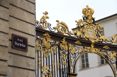 Ensemble formé par la place Stanislas, la rue Héré et la place de la Carrière - Place Stanislas grille, fontaines, sol, statues, vasques